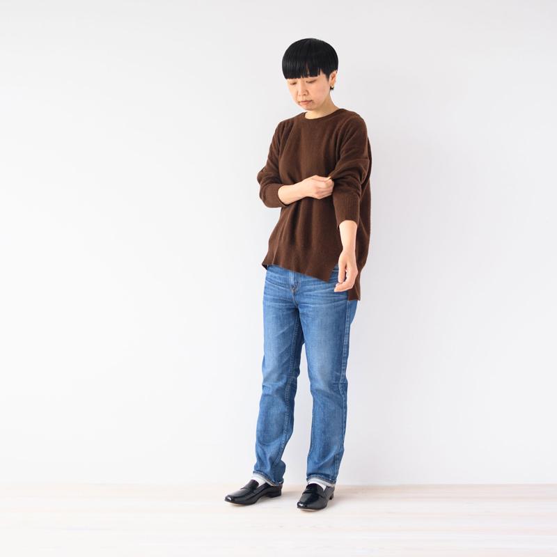 画像: デニムパンツ[THE SERENA]¥23,000/アッパーハイツ(ゲストリスト) ローファー ¥18,100/マーガレット・ハウエル アイデア(モーダ・クレア) その他、スタイリスト私物