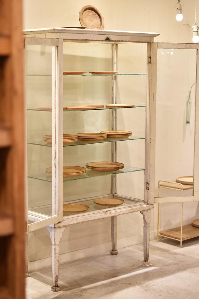 画像: アンティークにも精通する矢部さん。ギャラリーでは古い器や家具、照明なども販売する