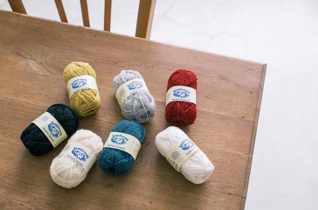 画像1: 手編みで描く四季のミトン〈夏〉 ヒメイワダレソウをモチーフにした編み込み模様のパターン|小林ゆかさん