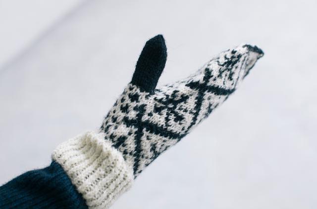 画像: 5本指の手袋より、中で隣同士の指が触れるから、あたたかく感じるミトン。親指がしっかりとホールドされるようにつくられており、ミトンをはめていても動作を妨げないのも、このミトンの魅力。
