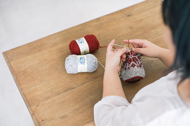 画像2: 手編みで描く四季のミトン〈夏〉 ヒメイワダレソウをモチーフにした編み込み模様のパターン|小林ゆかさん