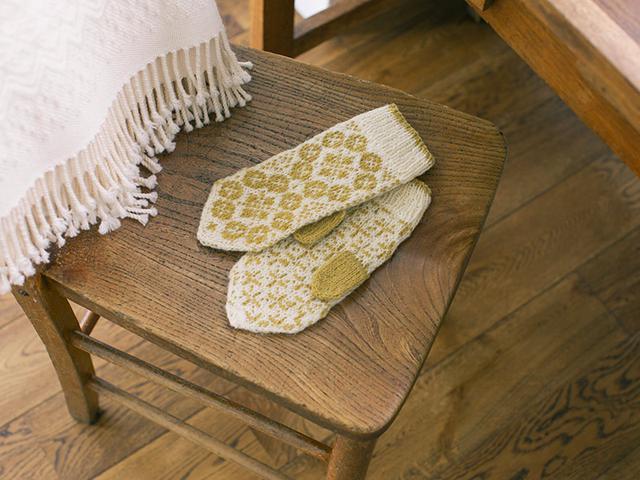 画像: 手編みで描く四季のミトンの「春モデル」。 オルレアをモチーフにした編み込み模様で明るくてやさしい印象。