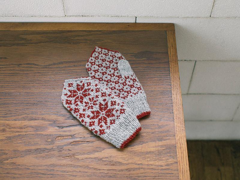 画像: 手編みで描く四季のミトンの「秋モデル」。 落ち葉をモチーフにした編み込み模様。グレー×暗赤でしっとりと落ち着いた印象に。