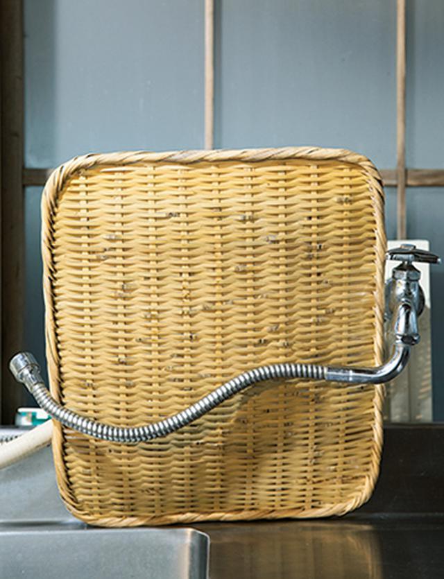 画像: シンクの水道の蛇口と壁の間にざるを立てて、よく乾かす