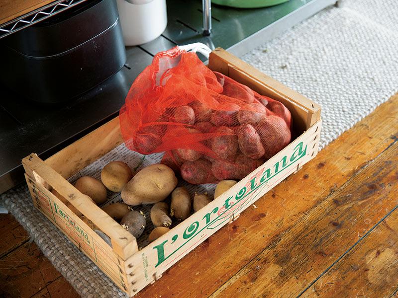 画像: 根菜類は17年選手のかわいい木箱に