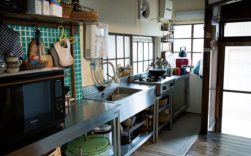画像: 築60年の一軒家をリフォーム。業務用キッチンを数種類組み合わせ、コンロも2口とコンパクト