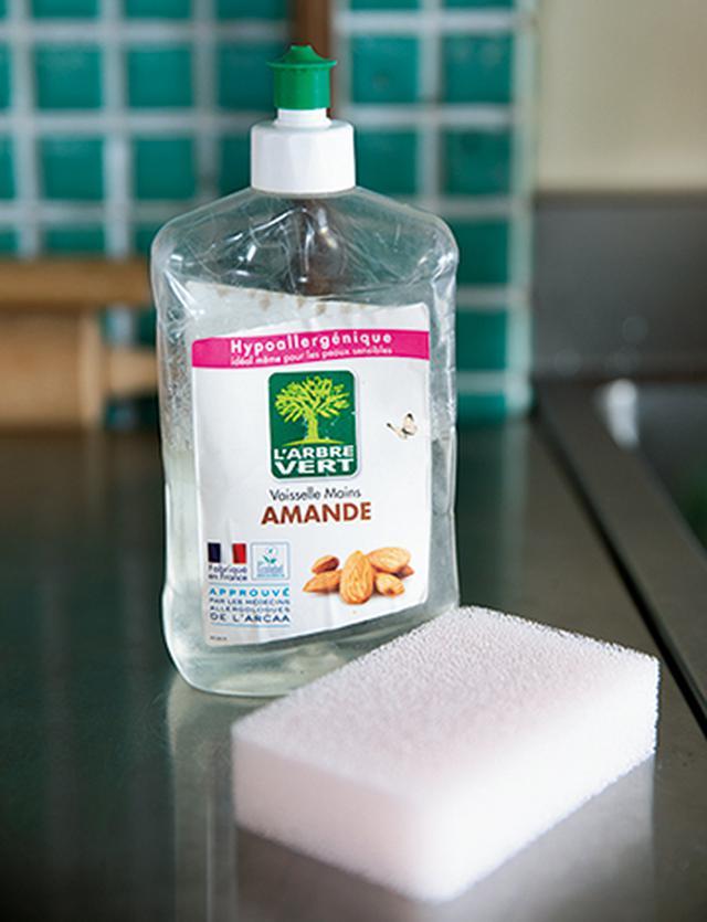 画像: 食器用洗剤とスポンジがあらゆる掃除の基本。シンクやコンロもこれで