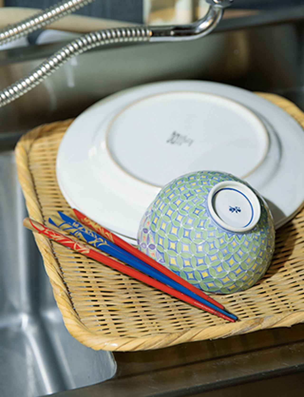 画像: 洗ったら早めにふくため、水切りかごは使わない。ざるで代用