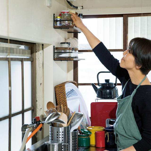画像: 夫と一緒に少しずつDIYで家を整えている。調味料の収納ラックはコンロ近くの壁に取り付けた
