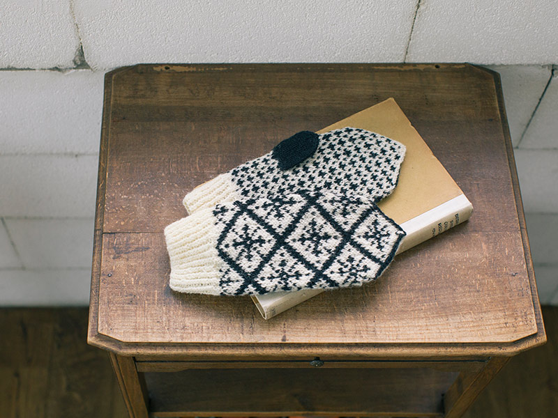 画像: 手編みで描く四季のミトンの「冬モデル」。 雪の結晶をモチーフにした大柄の編み込み模様は、インパクト大。 編み込み模様では珍しいモノトーンの配色は、スタイリッシュで、どんな服にも似合う。