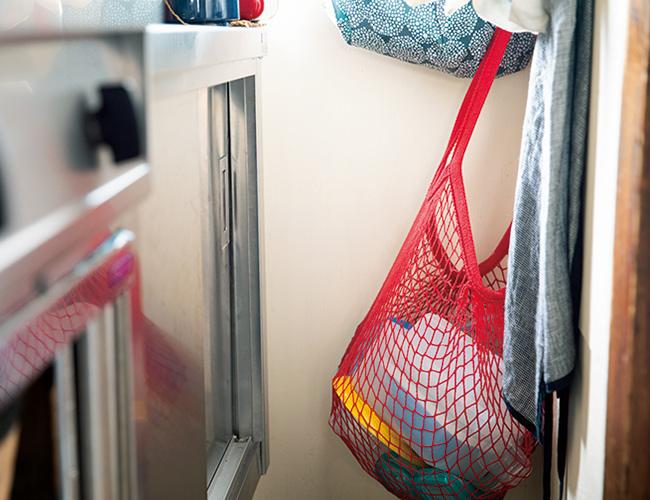 画像: プラスチックの保存容器は網バッグに。通気性がよいので乾燥しやすく、サイズがまちまちな容器もバッグだと収納しやすい