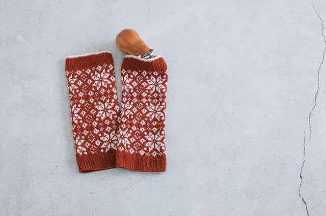 画像: 〈秋〉落ち葉の編み込み模様のパターンを配置して編んだレッグウォーマー。ベースを濃赤にして、落ち葉を白に。めりはりがあり、スタイリッシュな印象。