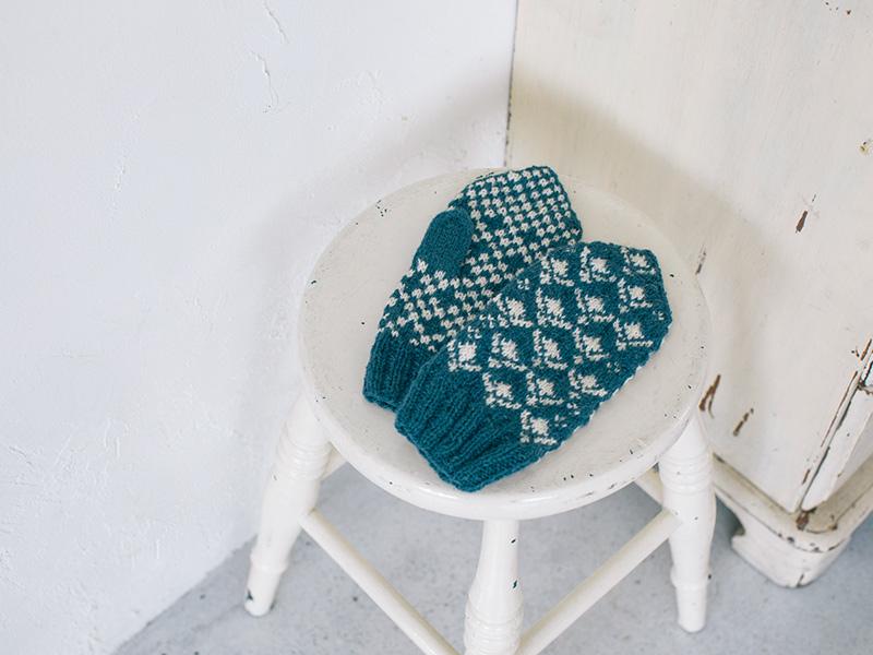 画像: 手編みで描く四季のミトンの「夏モデル」。 ヒメイワダレソウをモチーフにした編み込み模様で、青×白が清々しい印象です。
