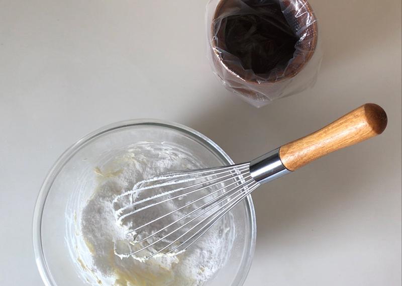 画像: フロスティングには粉砂糖を使います