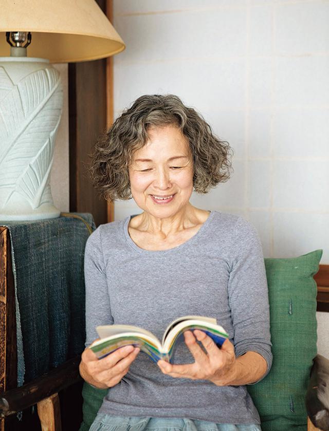 画像: 思い入れのある本をぱらぱらと。当時、感銘を受けたことを思い出して懐かしさでいっぱいに