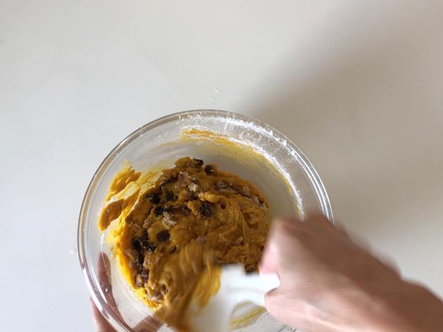 画像: レーズンとくるみを混ぜる時はヘラに持ち替えます