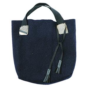 画像: コートを取り出す前に、小物から季節を先取り。あったか素材のバッグ