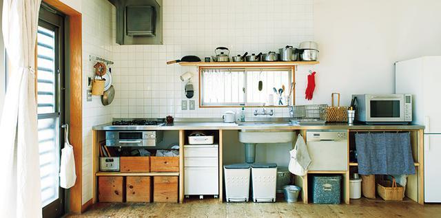 画像: 収納扉がないので、台所道具は、なるべく色のないアイテムを選んで統一感を出した。性能で選んだ真っ赤な手袋が、はからずもアクセントになっている