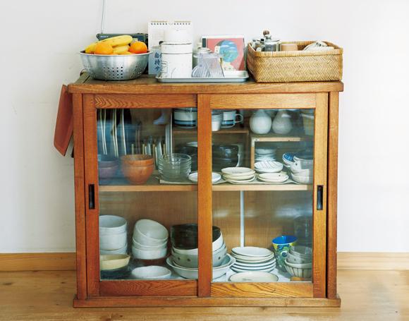 画像: 食器棚はこれひとつ。以前はオープン棚ふたつを使っていたが、東日本大震災を機に食器を減らした。「食器棚だけは扉付きに」