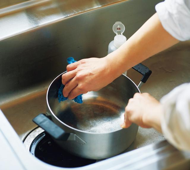 画像: すべての鍋を磨く