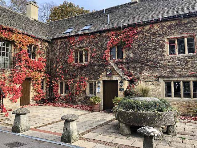 画像: 紅葉に包まれた、ローワースローターの古いホテル