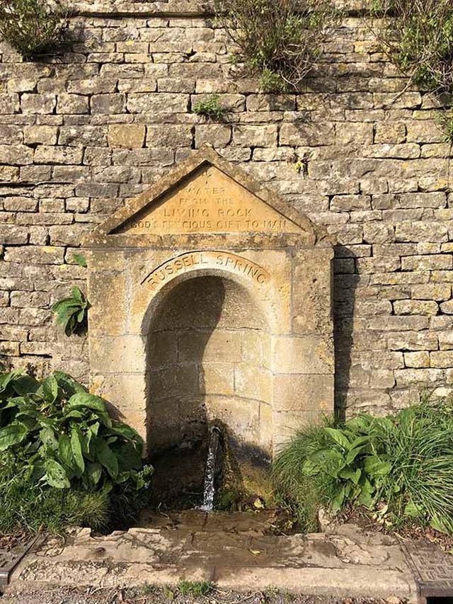 画像: 19世紀につくられたラッセル スプリングの湧き水