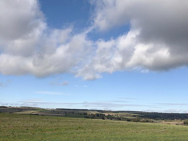 画像: チャールブリー近郊の風景。広大な自然を眺めながらのウォーキングが人気