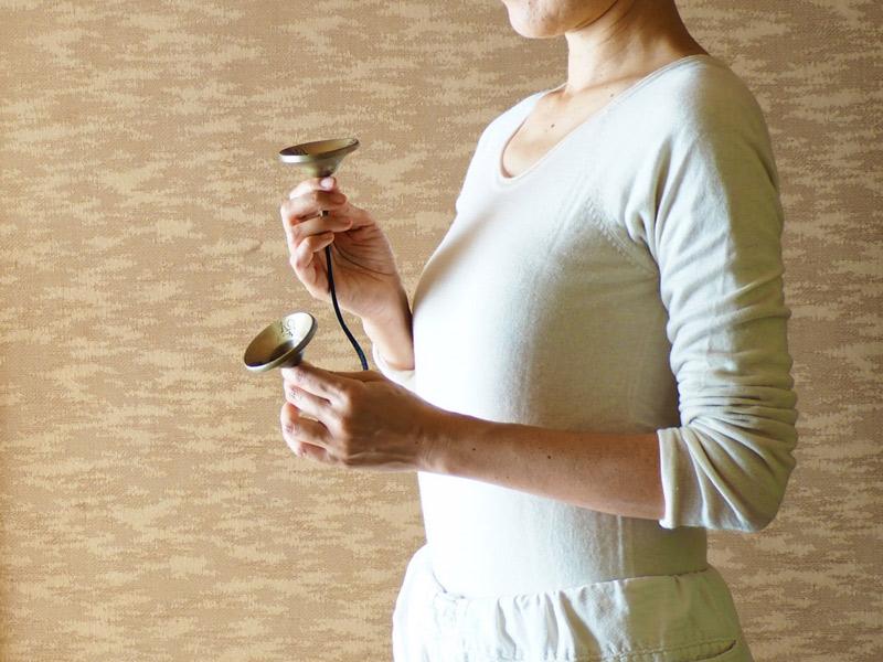 画像: 場を清めるために使われる仏具のティンシャ。わたなべさんは、夕方に神棚の水を下げる時に3回鳴らします