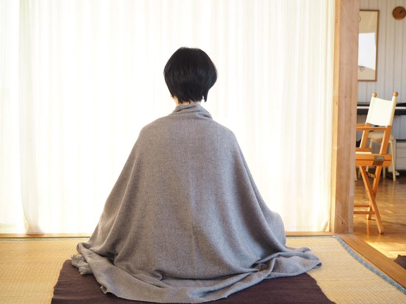 画像: 気持ちがクリアになる瞑想は、普段は3分ほどですが、新月と満月の夜にはチベット仏教の風習に倣って20分ほど行うそう