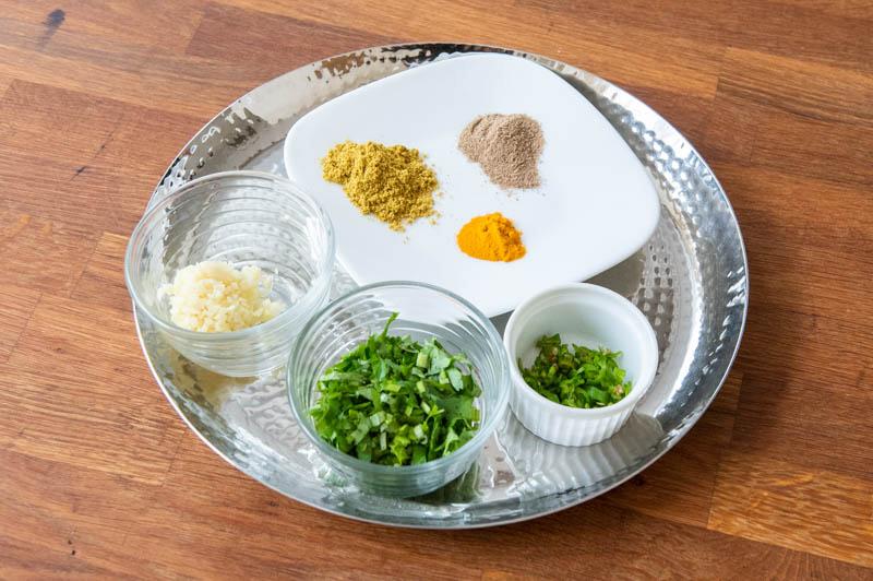 画像: 左から時計回り 生姜、コリアンダーパウダー、チャットマサラ、ターメリック、青唐辛子、香菜