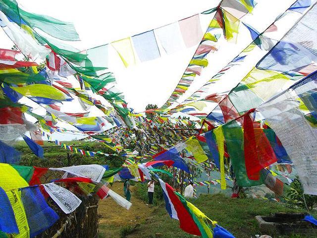 画像: ネパールにて。経文が書かれた5色の旗は、風になびく度に読経した功徳が得られるという、チベット仏教の信仰のひとつ(写真提供:わたなべかおり)