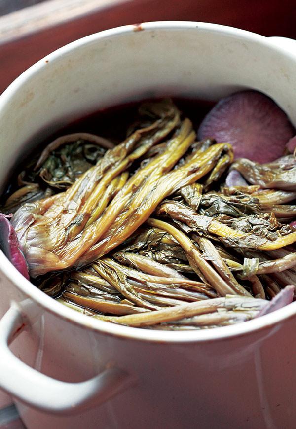 画像: 長野・木曽地方のみに伝わる「すんき漬け」。かぶを、塩を使わずに乳酸菌発酵の力で漬ける珍しい保存食