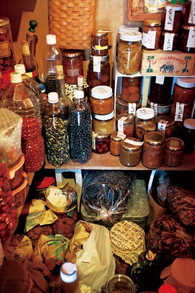 画像: 豆、ジャム、コンポート、酢漬け、梅干しなど小瓶類はリビングに面した階段下収納庫へ。味噌や白菜漬けなど樽は屋外の漬物小屋で保存