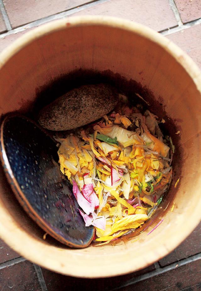 画像: 白菜の時漬け。色味や歯ごたえの違いを楽しむため、にんじん、かぶなど、あり合わせの野菜を足す。また、寒天を水にもどさずそのまま加えて食物繊維を確保。野菜の水分でやわらかくなり、ひと味違った食感に