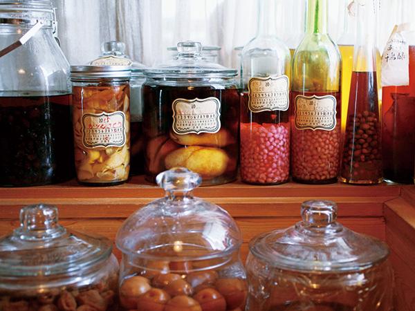 画像: 気温が低い玄関脇のユーティリティも保存食収納にはぴったり。「手塩にかけてせっかくつくるものを、いいかげんな器に入れたくない」とガラス瓶にも凝っている