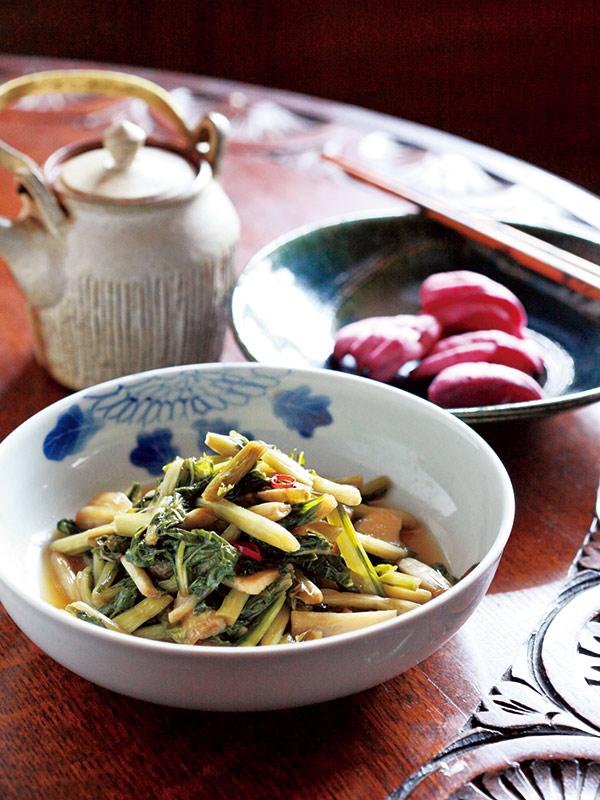 画像: お茶請けタイムに自家製漬物は欠かせない。野沢菜の切り漬け(食べやすく切ってから漬ける早漬け)と、かぶ漬け