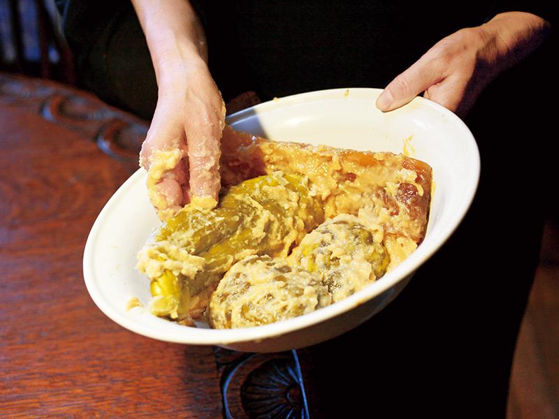 画像: 粕漬けは毎回、食べる分を樽から取り分けて持ってくる。今日は丸なす、奈良漬け、干鱈