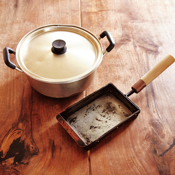 画像: 銅の玉子焼き器は15年ほど愛用。軽くて使い勝手のいいアルミの鍋は、20年以上前からずっと一緒