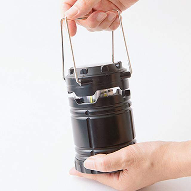 画像: ランタンは、取っ手を引き上げれば点灯、下げれば消える仕組み。LEDで省電力