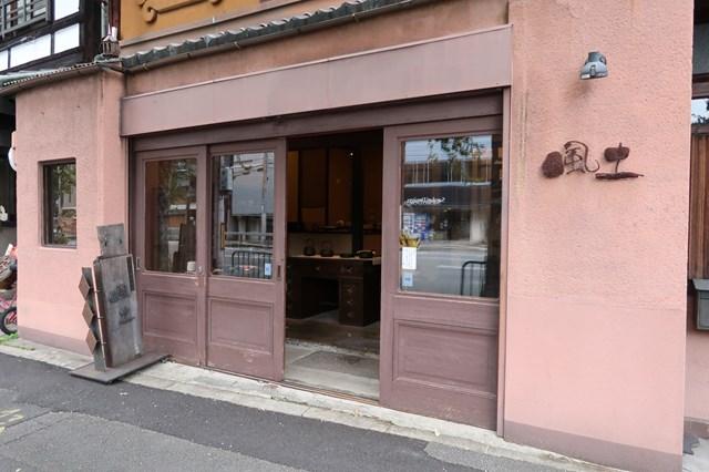 画像: 北大路通りに面するお店は、小豆色の壁が目印