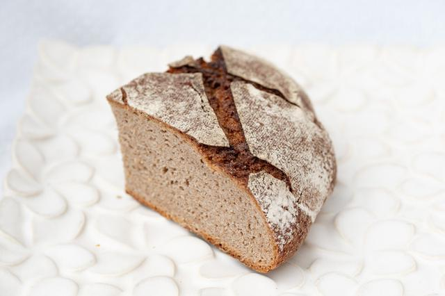画像: ライ麦100%、自家製サワー種を使ったドイツパン「ローゲンシュロートブロート」。サワー種は乳酸菌の活性が高く腸にいい働きをし、少量でもお腹を満たしてくれるのだとか