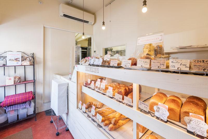 画像: バゲットなどの食事系から、菓子パン、総菜パンまで幅広く揃う。お昼の12時頃にはほぼ全種類並ぶが、早いと14時頃に売り切れることも