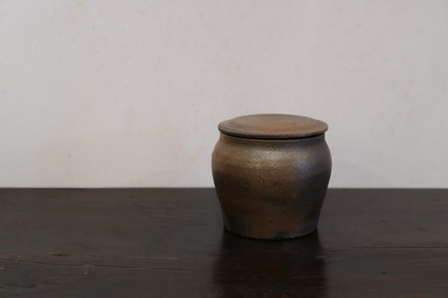 画像: やわらかな佇まいが素敵な「焼締塩壺」(高さ9 cm、直径8cmほど)。小さいサイズもあり