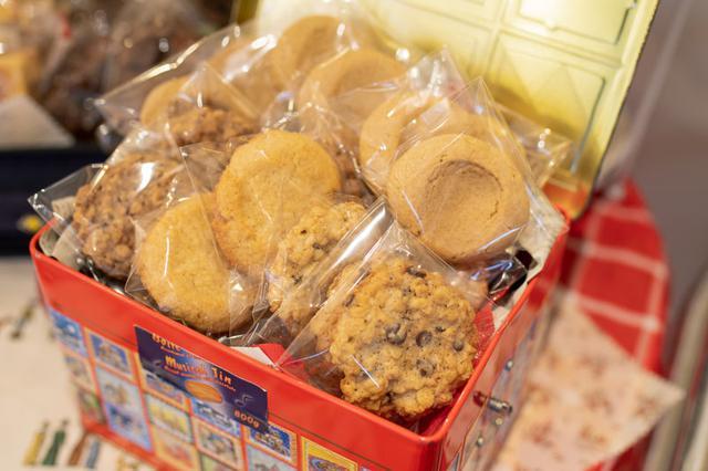 画像: 最近のお気に入りは全粒粉。全粒粉100%の食パンを並べるほか、最近になってクッキーも全粒粉100%に変えた。北海道産小麦「はるゆたか」の全粒粉を使ったもので、香りがすごくいい