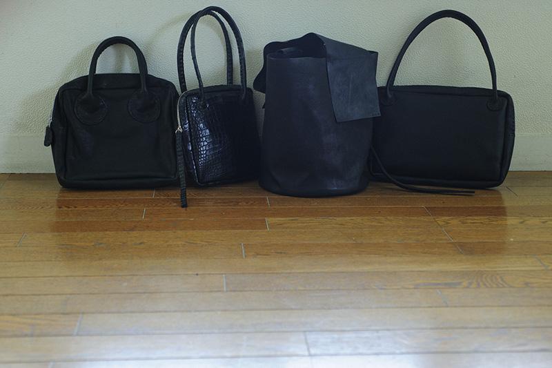 画像: バッグの色は黒。素材の表情を楽しみます