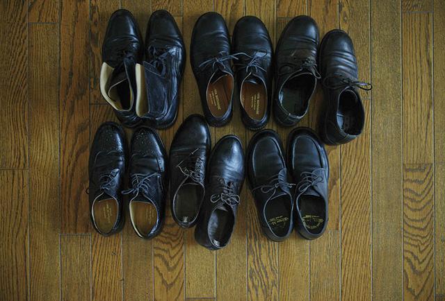 画像: 足元はおじさん調の黒革のひも靴一択で