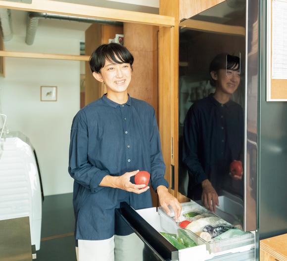 画像: 本多家の冷蔵庫は4人家族としては小さめな375ℓ。「小さいかなとも思いましたが、食材が入りすぎないサイズ選びもフードロス対策になっています」