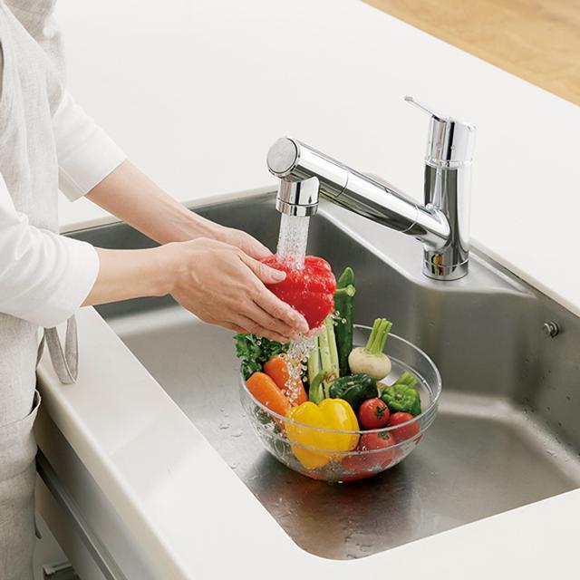 画像: シャワーでもたっぷり浄水を利用することができ、野菜などを洗うのも安心。