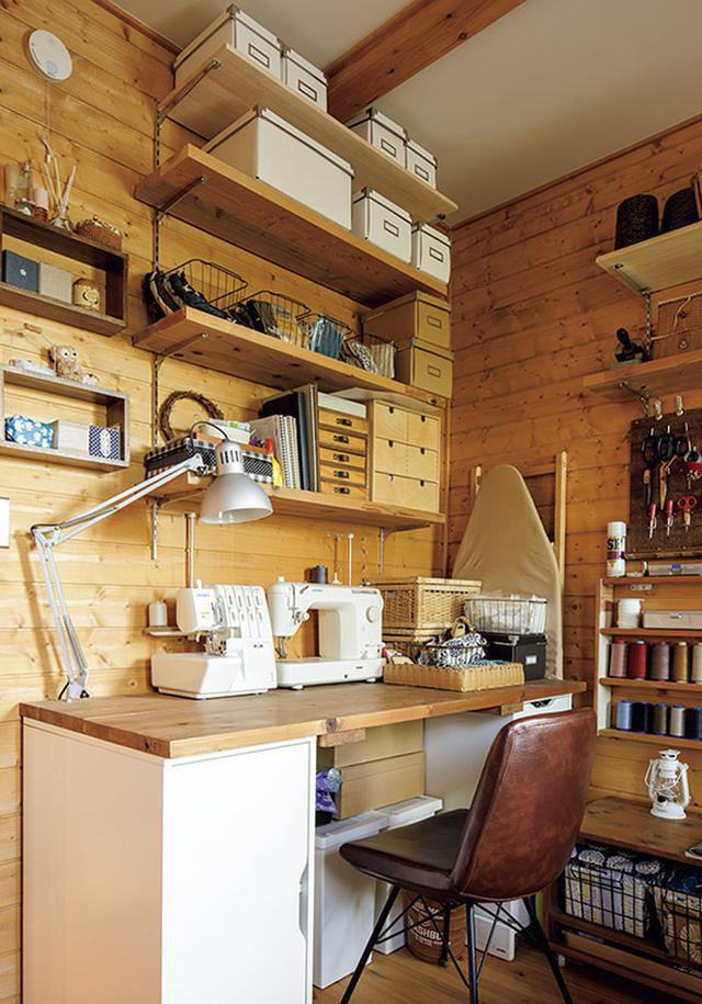 画像: リビング・ダイニングに隣接した個室に、和美さんが子どものころから趣味で続けている洋裁のスペースを設けました。DIYで付けた棚に、細々とした道具を整理整頓