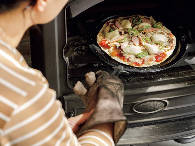 画像: 薪ストーブの楽しみは暖房だけではない。炉内では薪を熾火にしてピザを焼く